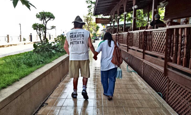 Anziani a passeggio sul lungofiume di Nong Khai (Thailandia)