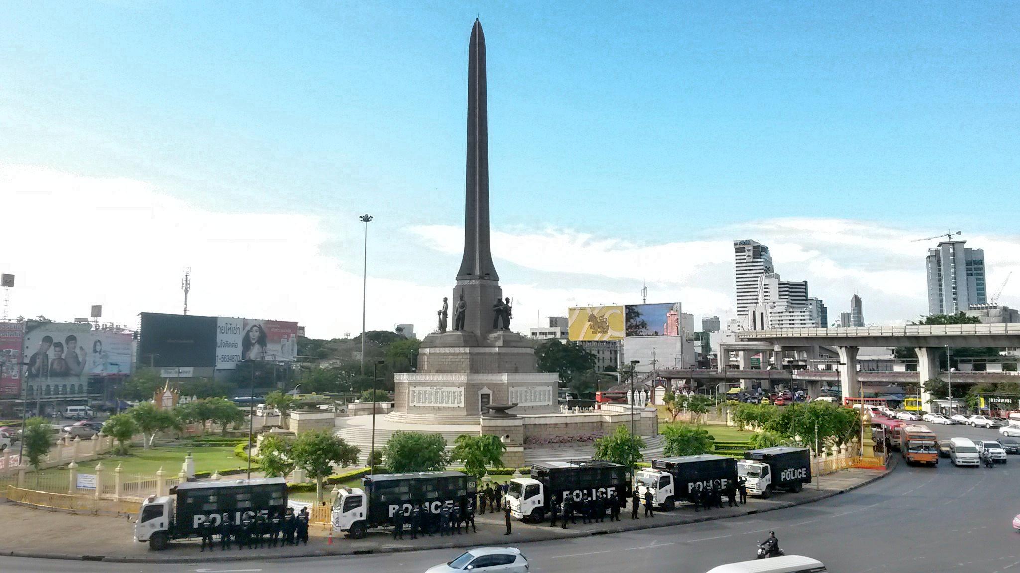 Polizia a Victory Monument dopo una manifestazione (Bangkok)