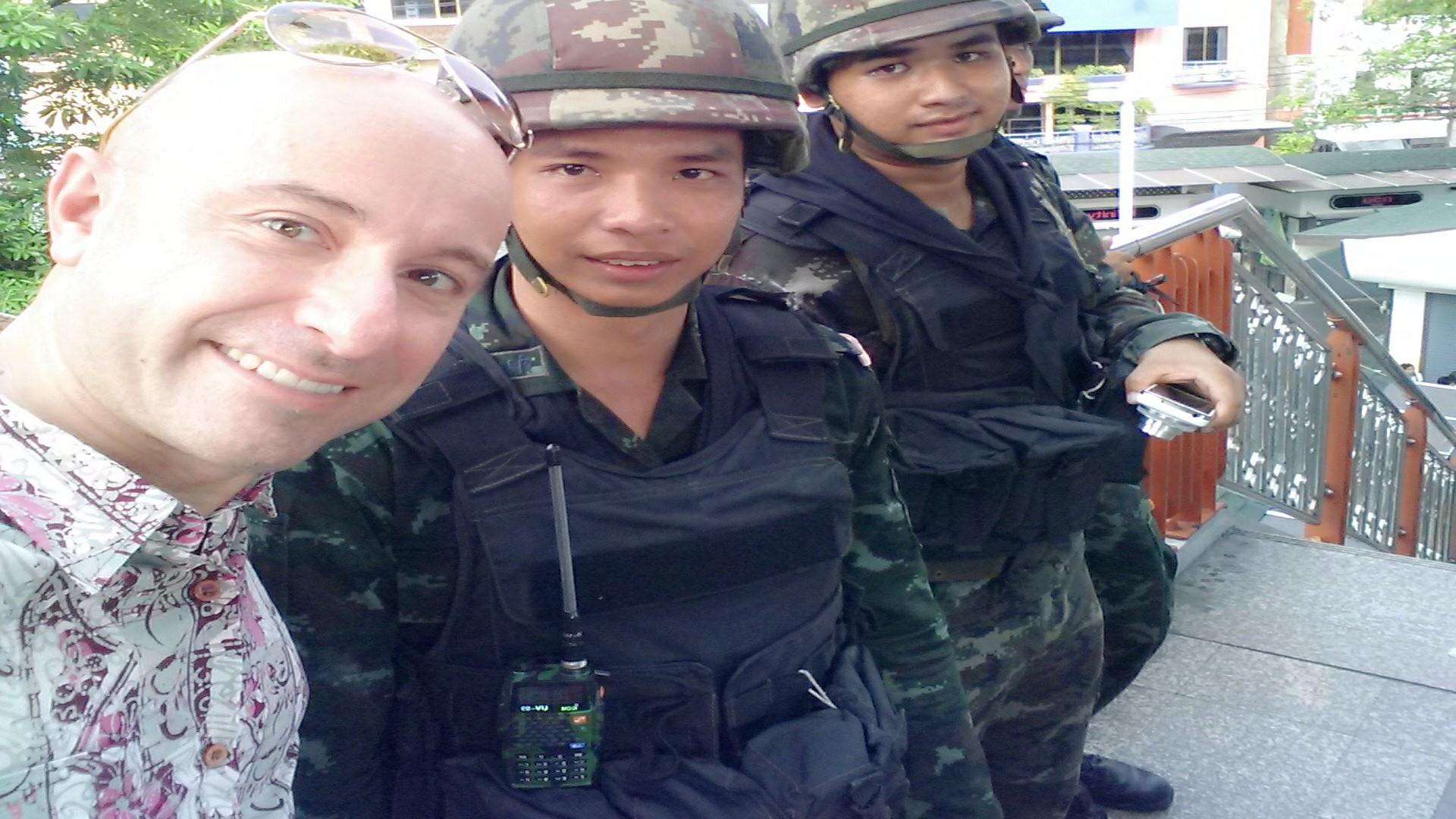 Mauro e una pattuglia di militari a Bangkok (2014)
