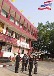 Alzabandiera nella stazione di polizia di Chiang Sean (THA)   © foto Mauro Proni 2012