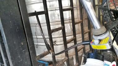 Il cavo metallico a spirale con il quale Dan assicura tuttora la sua seconda bicicletta elettrica, identico a quello che assicurava il veicolo rubato.