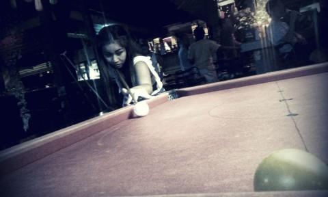 ragazza gioca a biliardo