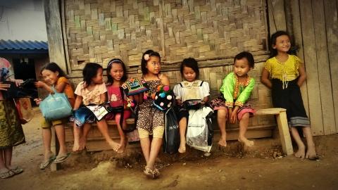 Bambini del villaggio di Hin Ngon