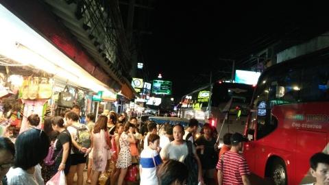 Un gruppo di turisti cinesi in attesa di salire su uno dei tanti bus in sosta lungo la Second Road di Pattaya (Thailand) - © foto Mauro Proni 2016
