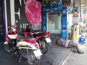 Turista riverso sul marciapiede dopo una notte di bagordi lungo Walking Street a Pattaya