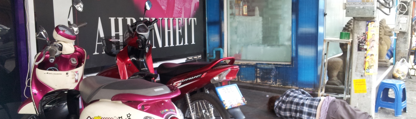 Ubriaco dorme davanti a un a go-go bar di Pattaya (Thailandia)