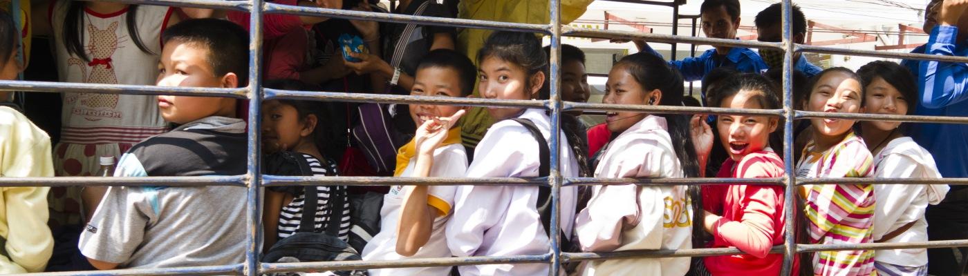 ONG e business - studenti diretti a scuola