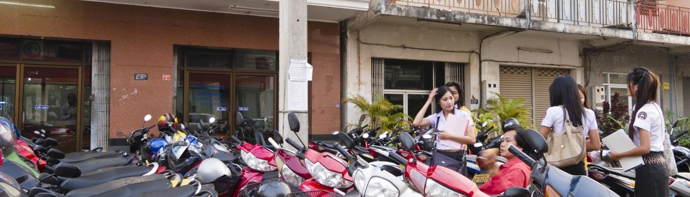 Motorini davanti ad una scuola di Vientiane